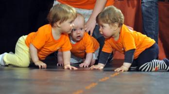 Hogy tudnak a babák a földön mászni anélkül, hogy tönkremenne a térdük?