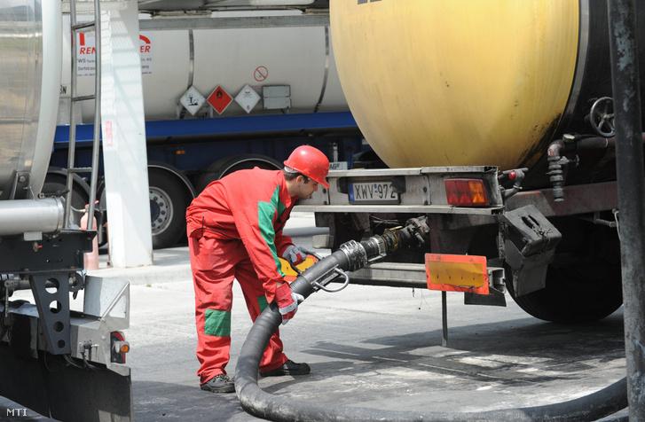 Egy szakember csővezetéket csatlakoztat egy használt étolajat szállító tartálykocsira a Rossi Biofuel Zrt. komáromi üzemében 2011. június 10-én.