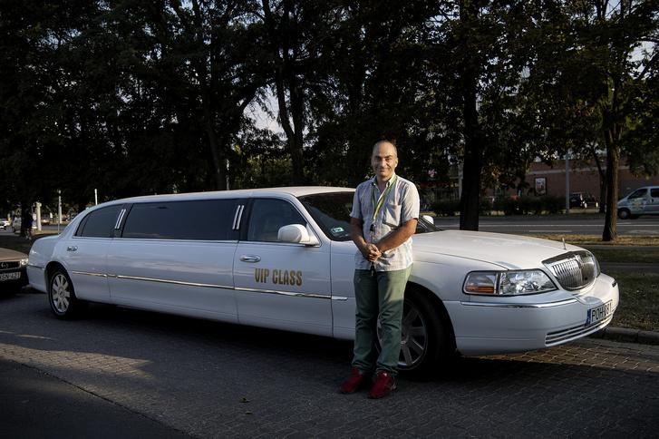 Zoltán saját pénzéből bérli a limuzint.