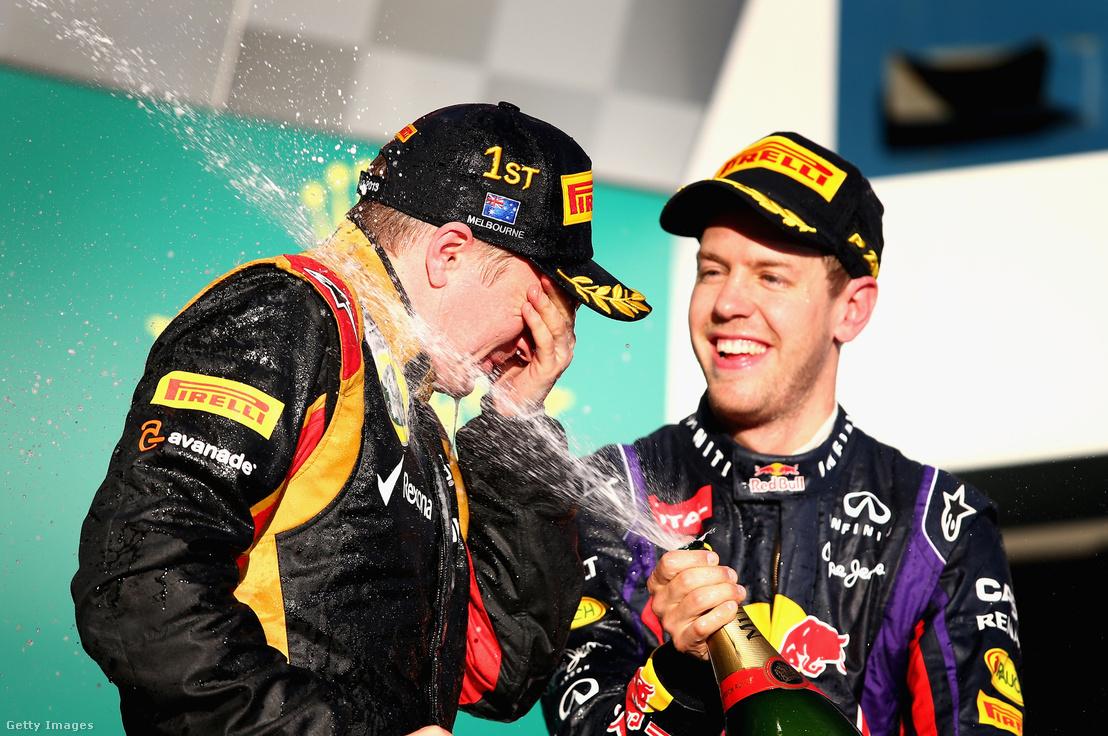 Kimi Raikkönen (balra) ünnepli győzelmét Sebastian Vettelel, aki a harmadik helyet szerezte meg az Ausztrál Nagydíjon 2013. március 13-án.