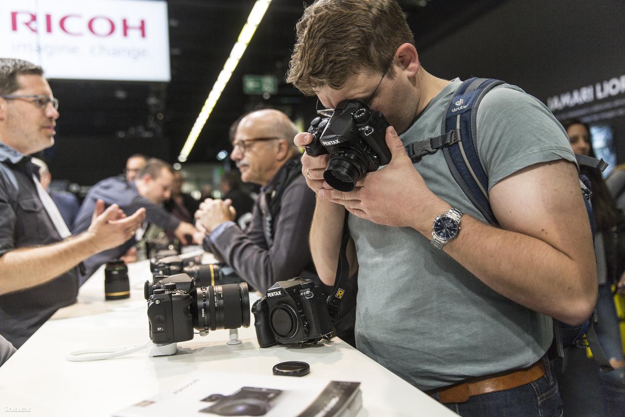 A Pentax (és a Ricoh) nem jelentett be semmit a Photokinán, hozták eddigi kameráikat és objektívjeiket, többek között a Pentak K-1 II-t, cég zászlóshajó DSLR-ét.