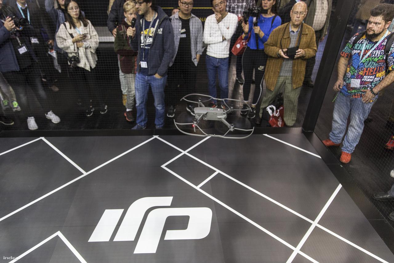 A DJI drónja bemutatórepülés közben, egy hálóval körbezárt ketrecben. Ez se rossz, de igazán rendezhettek volna valami ketrecharcos drónpárbajt is.