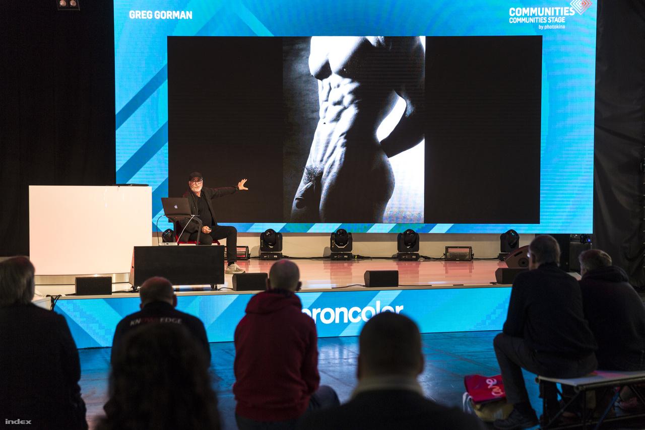 Nézelődés közben meglepetésszerűen felbukkanó pénisz. A Photokinán rengeteg fotós előadására be lehet ülni, itt épp Greg Gorman vezet be az aktfotózás kulisszatitkaiba.