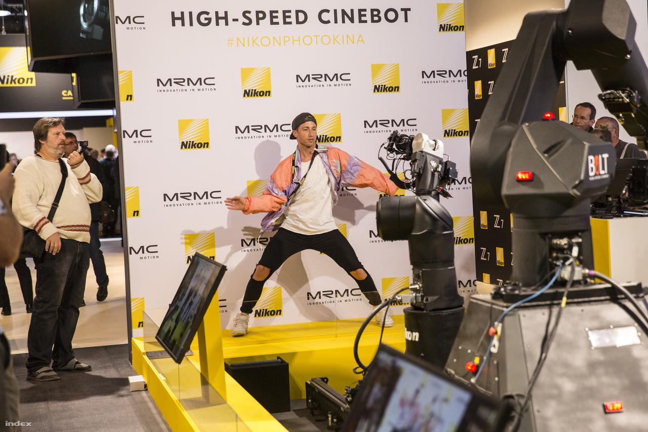 Speciális villámgyors ipari robotok (avagy cinebotok) karjaira szerelt kamerák követik a táncos mozdulatait a Nikon miniszínpadán.