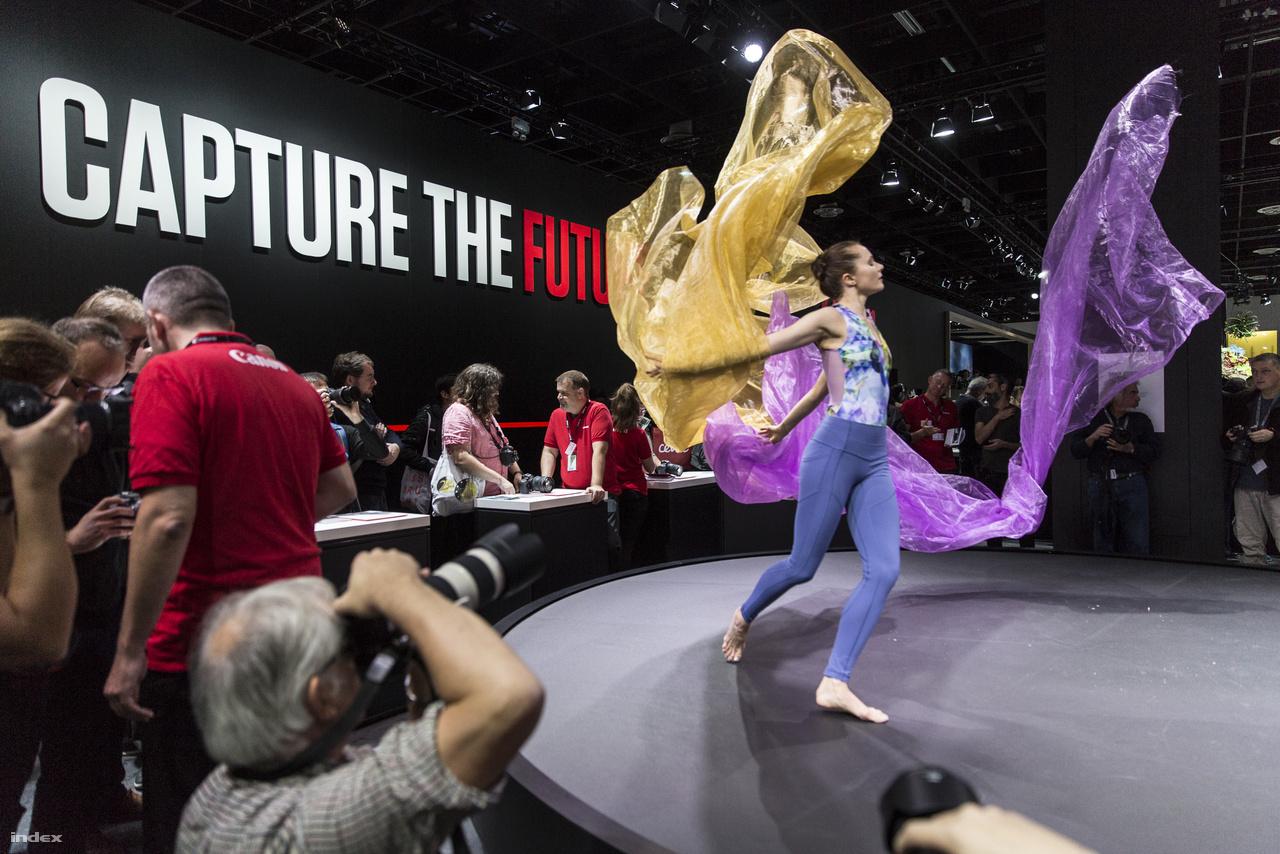 Az új full frame MILC kamerát bejelentő Canon látványszínpadán ugyancsak egy táncos – és két, légbefúvással folytonos mozgásban tartott fátyol – mozgásán lehetett tesztelni, hogy mit tud az EOS R.