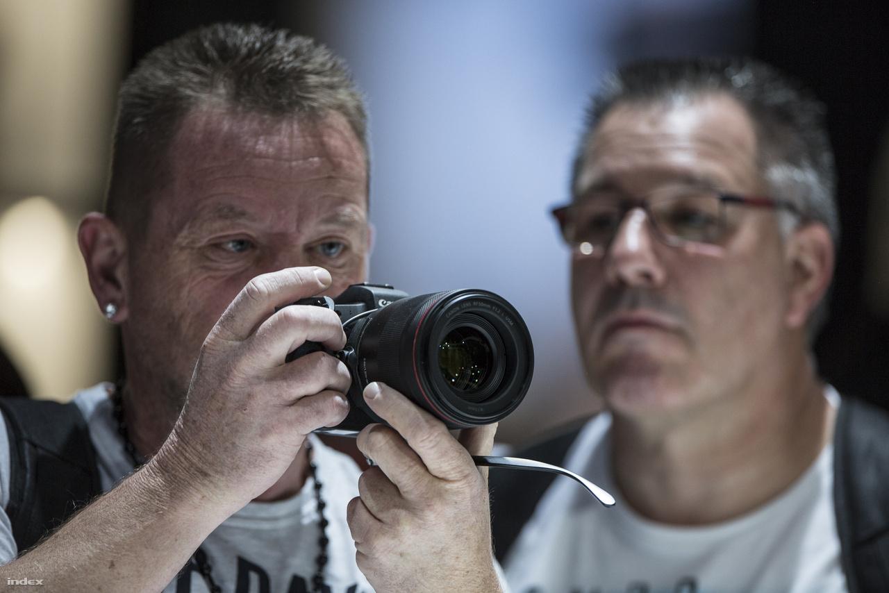 A Canon full frame-es, tükör nélküli, cserélhető objektíves gépe, az EOS R.