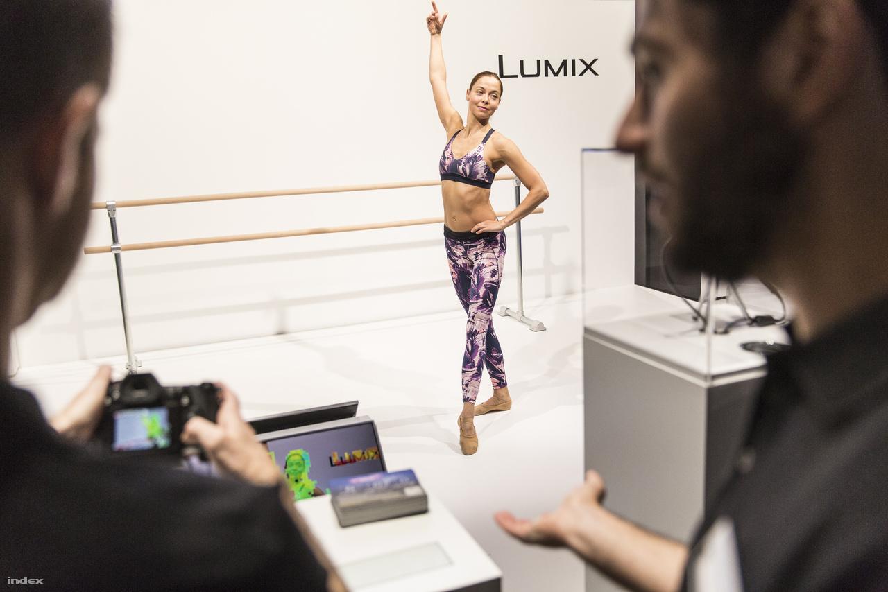 A Panasonic egyik standján balettáncos mozgását lehet követni a kamerákkal, a DFD autofókusz rendszer pontosságát és gyorsaságát szemláltetendő.