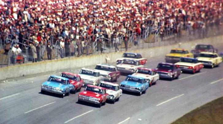 Így nézett ki akkoriban a Nascar, ezt itt konkrétan a '64-es Daytona 500-on lőtték
