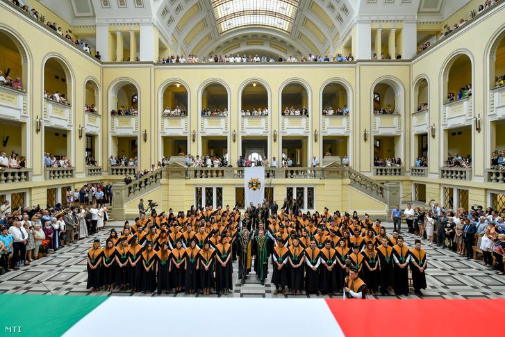 A Debreceni Egyetem Általános Orvostudományi Kar diplomaosztó ünnepsége az egyetem díszudvarán 2018. június 15-én.