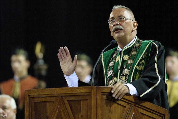 Szilvássy Zoltán rektor beszédet mond a Debreceni Egyetem tanévnyitó szenátusi ülésén a Főnix Csarnokban 2016. szeptember 11-én.