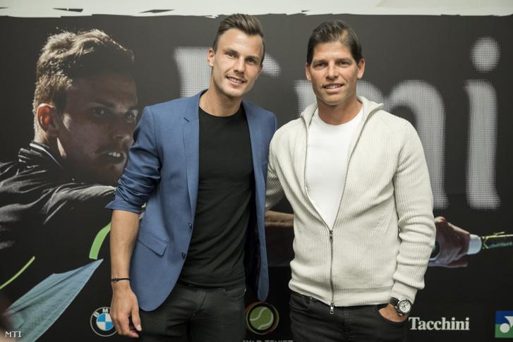 Fucsovics Márton teniszező (b) és edzője, Sávolt Attila a fővárosi Larus Rendezvényközpontban tartott sajtótájékoztatón 2018. január 25-én.
