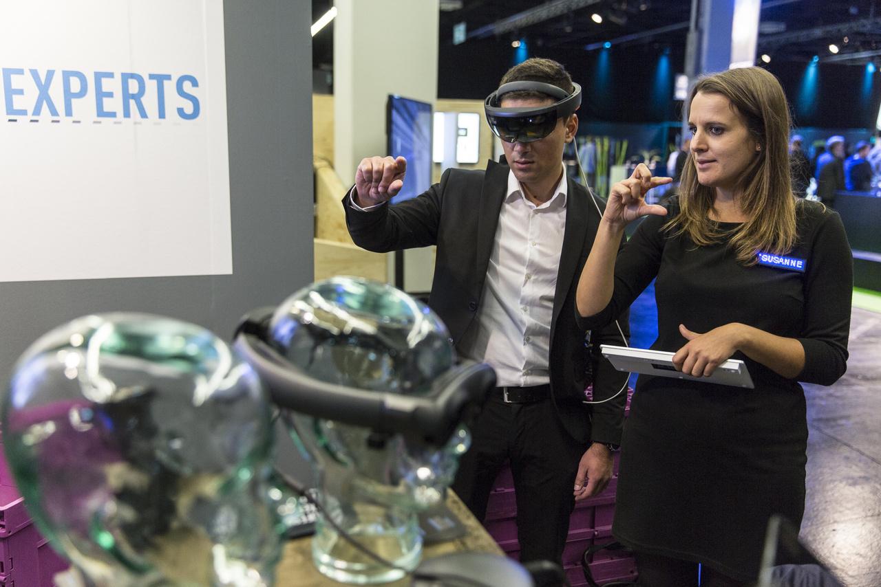 A Microsoft kevert valóságokkal operáló szemüvegáre, a Hololensre is egyre több cég fejeszt saját munkát segítő alkalmazást.