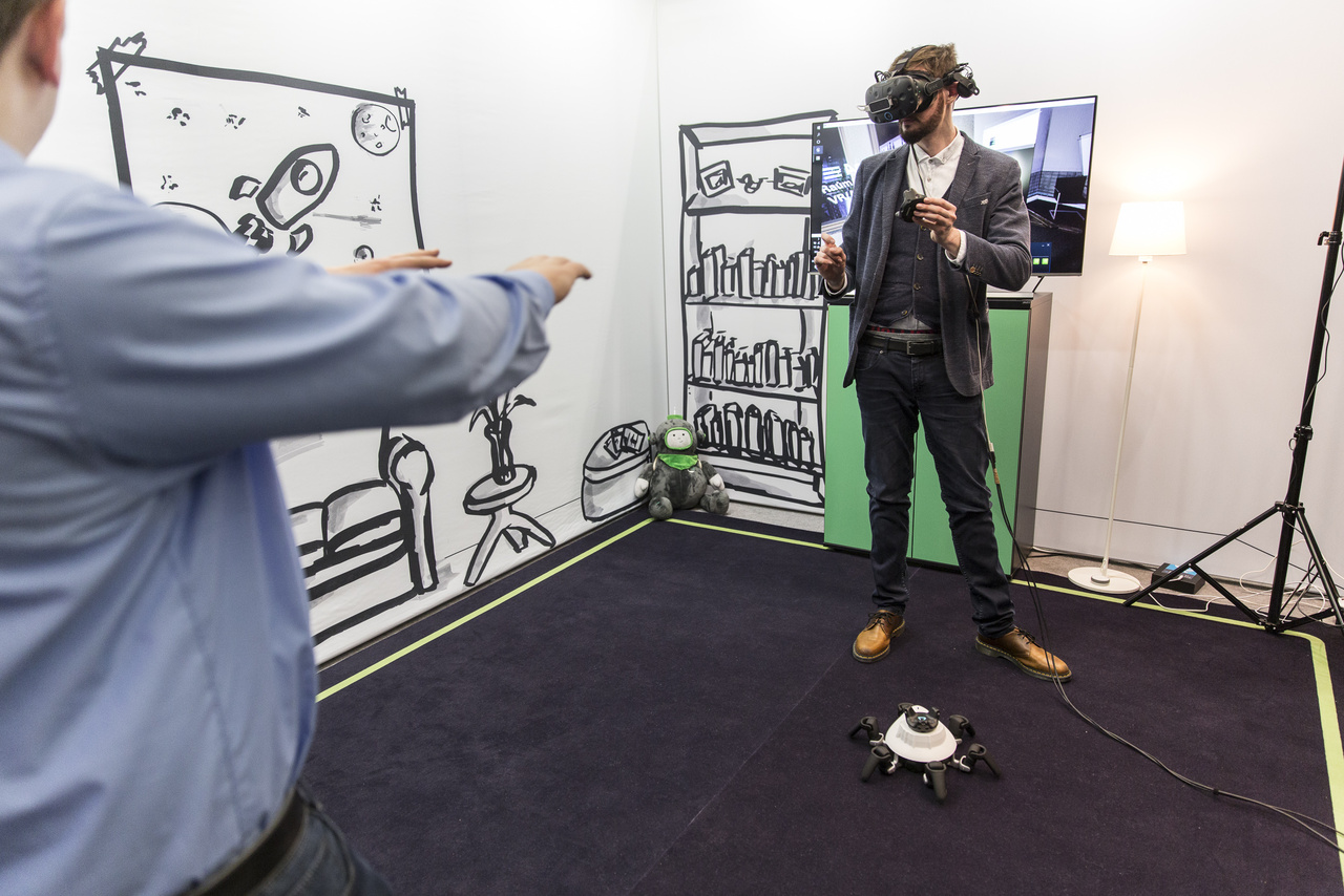 Az ACCSO (Accelerated Solutions) által fejlesztett kis hatlábú robotot VR környezetben lehet irányítani, valóságos feladatokkal megbízva. Játékra és munkavégzésre egyaránt alkalmas lehet, cserélhető fejrészére többféle funkciójú kiegészítőt lehet erősíteni.