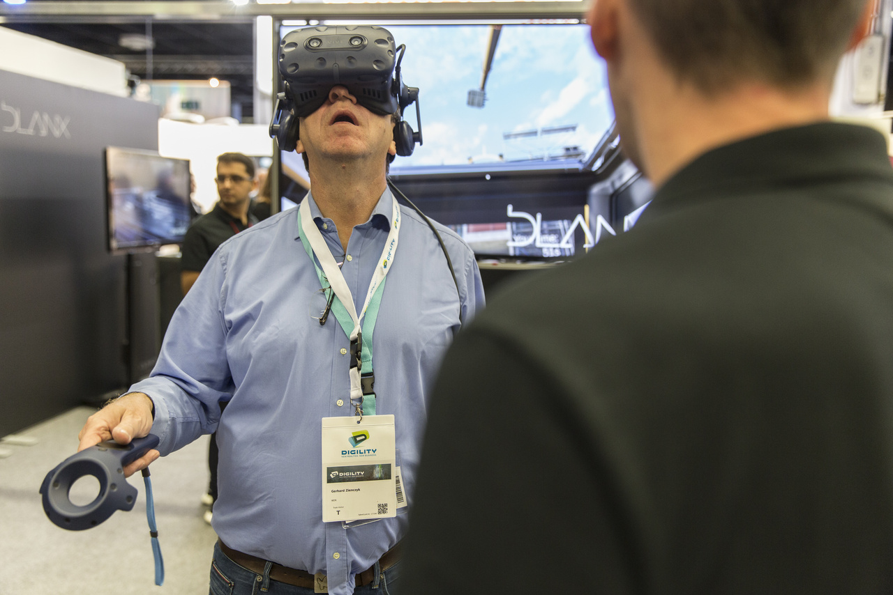 A VR nem csak szórakozás és mese. Itt kőkemény építkezési daru szimulációval folyik a munka. Arra azért érdemes figyelni, hogy a VR-szemüveg felhelyezésekor mindkét orrlyukat hagyjuk szabadon, az agy megfelelő oxigénellátása érdekében.