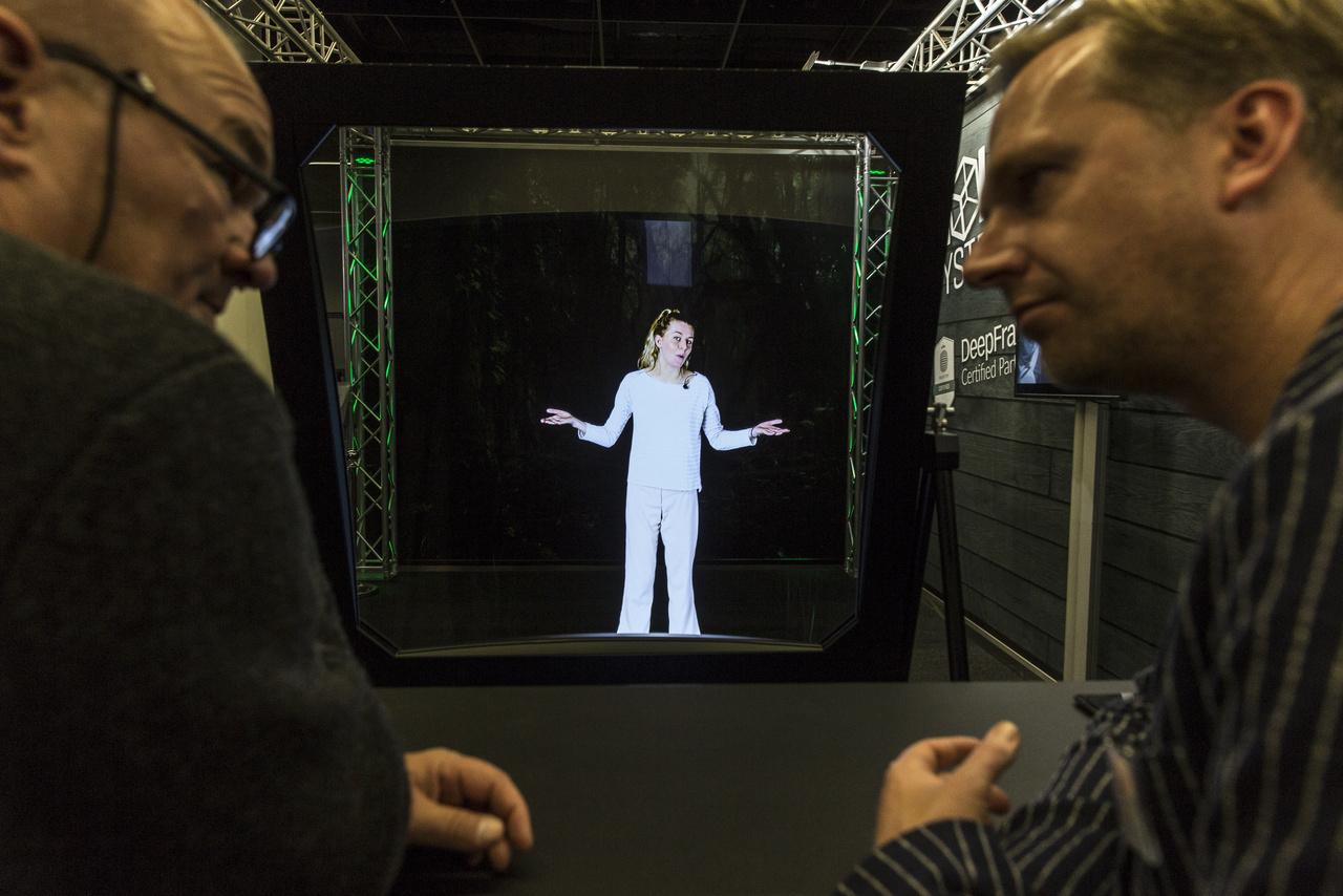 A DeepFrame hologramja tanácstalanul széttárja karjait.