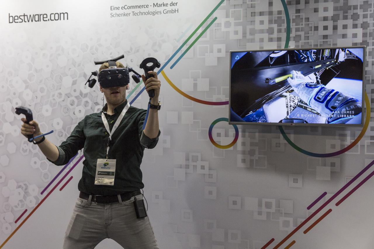 A VR 2018-ban elsősorban még mindig a játékokat jelenti. A jumpscare horrorjátékok fölött mondjuk lassan kezd eljárni az idő, de mondjuk egy Nemzetközi Űrállomás-szimulátor elég menő, virtuális űrsétára menni pedig elég maradandó játékélmény, főleg ha meg kell keresni azt az apró lyukat, amin az űrállomás levegője szökik.