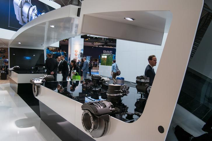 A teljes járműmodell: háttérben a félpótkocsi fékrendszerének a komponenseivel. A rendszer a vásárló igényei szerint méretezhető, az egyszerűtől az önvezető járműig