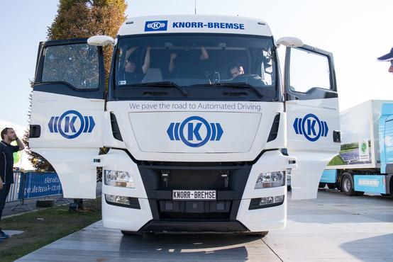 Magyarországon zajlik a hasonló projektetk előfejlesztése is. Két éve még csak a telephelyen belüli, lassú manőverekre volt képes a Knorr-Bremse autonóm járműve