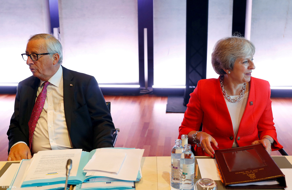 Jean-Claude Juncker és Theresa May Salzburgban