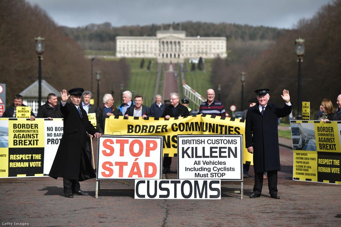 Brexit-ellenes tüntetők az ír-északí határon