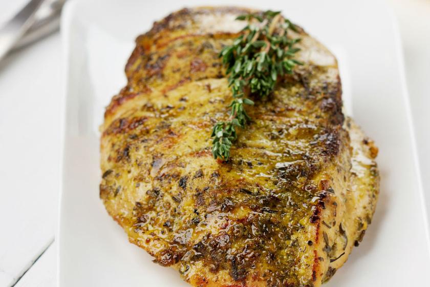 Omlós, szaftos csirkemell kakukkfüves pácban sütve: fejedelmi fogás egyszerűen