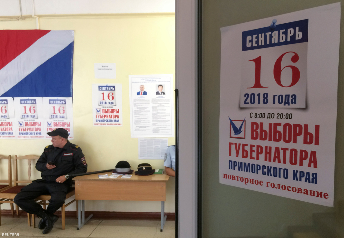 Rendőr vigyáz a rendre egy vlagyivosztoki szavazóhelyiségben, 2018. szeptember 16-án