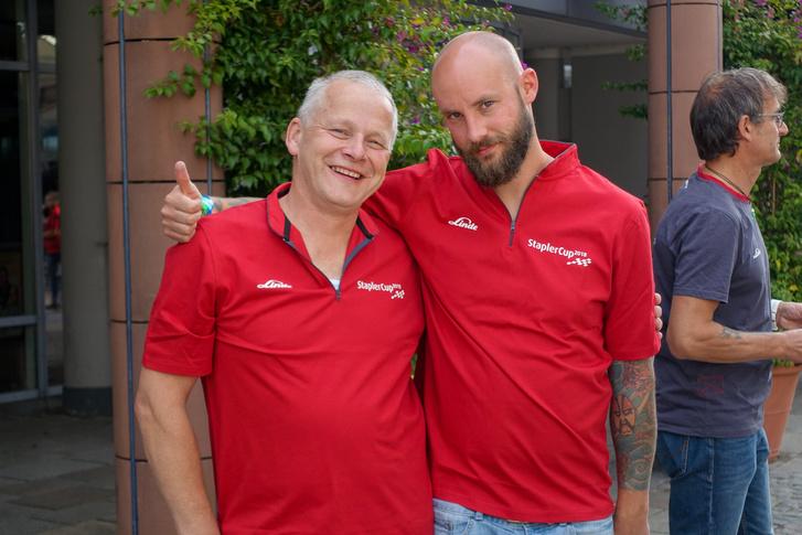 A jobboldali (nem úgy) kopasz, tetovált tag amolyan targoncavezető-sztár, a német csapat alapembere, jókora VB-s rutinnal
