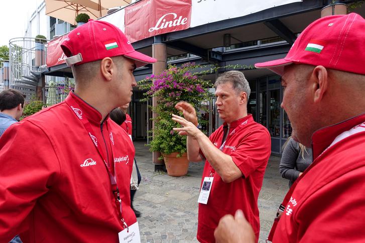 Laci a Lindénél dolgozik, és tolmácsként kísérte a versenyzőket, de csapatfőnöki feladatokat is ellátott