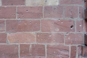 A falon második világháborús golyónyomok