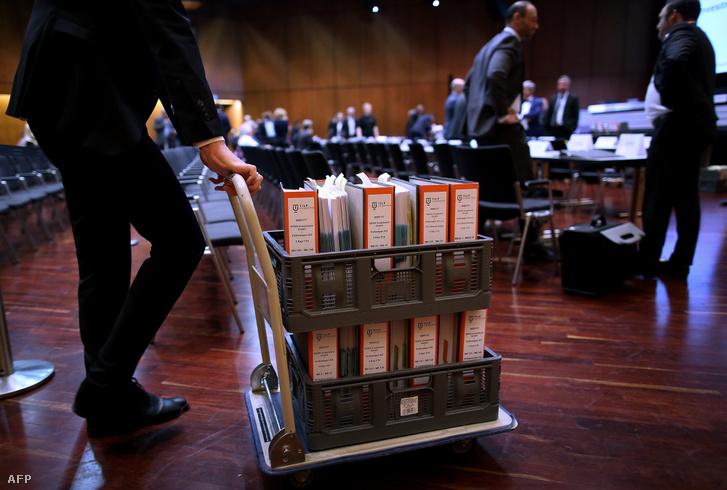 Egy ügyvéd a Wolkswagen csoport kártérítési perének tárgyalására viszi az ügy dokumentációját a braunschweigi bíróságon 2018. szeptember 10-én