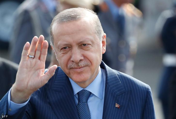 Recep Tayyip Erdogan török államfő integet a berlini Tegel reptéren 2018. szeptember 27-én.