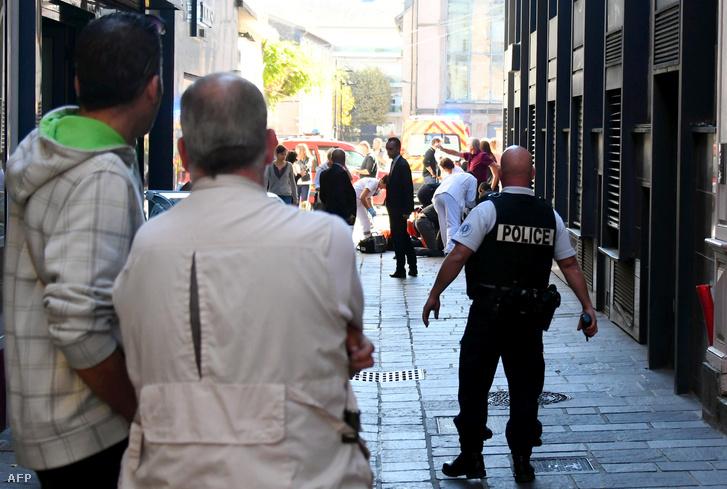 Rendőrség helyszínel ahol Pacal Fiole rendőrfőnököt megkéselték Rodezben, Franciaország, 2018. szeptember 27-én.
