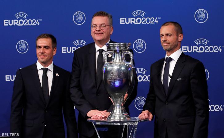 UEFA elnöke Aleksander Ceferin (jobb oldal), Reinhard Grindel alelnök (középen) és Philipp Lahm európai bajnokság németországi nagykövete, az eredményhirdetést követően. Nyon, Svájc 2018. szeptember 27.