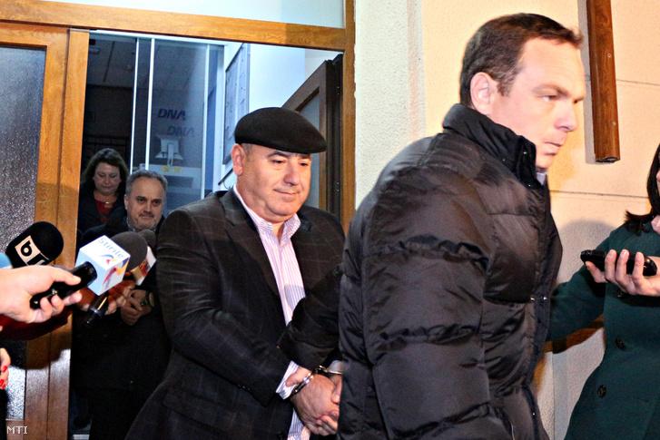 A korrupcióval és pénzmosással vádolt Gabriel Sandu volt román távközlési minisztert (b2) és Dorin Cocos üzletembert Elena Udrea egykori miniszter volt férjét (j2) kivezetik a román Nemzeti Korrupcióellenes Igazgatóságról (DNA) Bukarestben 2014. október 27-én. A Microsoft-aktaként emlegetett ügy a rendszerváltozás óta a legnagyobb kivizsgált romániai korrupciós botránynak számít.