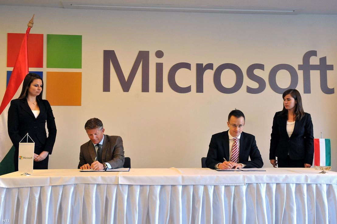 Szijjártó Péter, akkor még a Miniszterelnökség külügyi és külgazdasági államtitkáraként stratégiai partnerségi megállapodást írt alá Papp Istvánnak, a Microsoft Magyarország korábbi ügyvezető igazgatójával 2012. december 12-én.