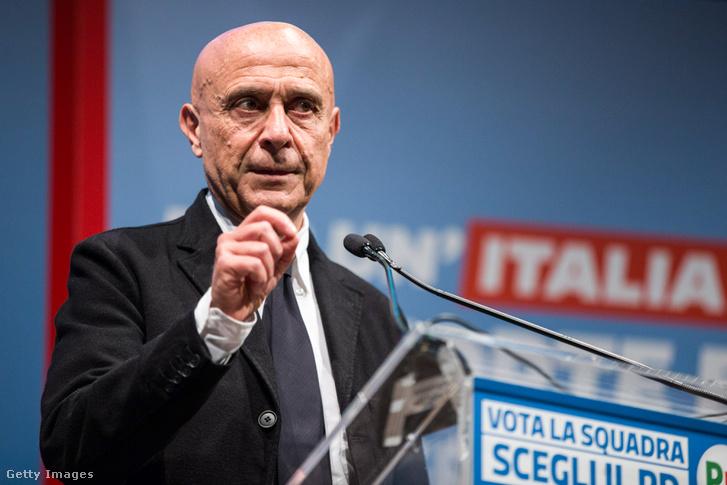 Marco Minniti 2018. február 12-én egy kampányrendezvényen Firenzében