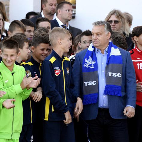 Talpig Turulban fogadták a topolyai gyerekek Orbánt az akadémia megnyitóján