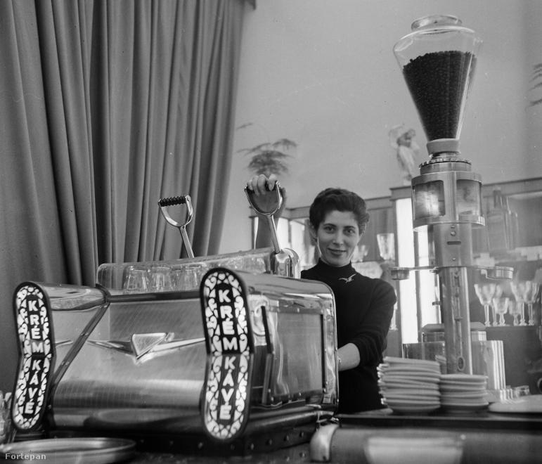 Az eszpresszógép elődjét Angelo Moriondo alkotta meg 1884-ben, majd 1901-ben Luigi Bezzera szabadalmaztatta az első                          gőznyomásos kávégépet