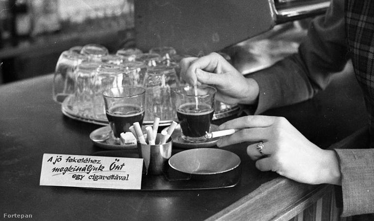 Sokaknak a kávé mellé mindig dukál egy szál cigi