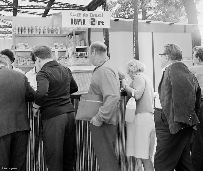 Reggelente még most ilyen sorok állnak mindenhol, ahol kávét lehet kapni, csak hát az ára már nem annyi, mint ötven éve