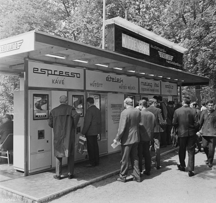Az első kávéautomatát az Egyesült Államokban állították üzembe még 1947-ben Philadelphiában