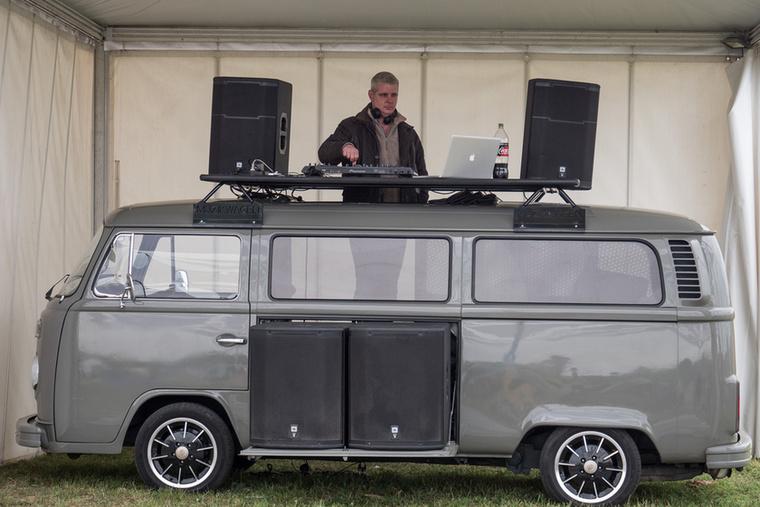 A Volkswagen-találkozó Hippifalu nevű helyszínén ennél stílszerűbb DJ pultot nehéz elképzelni