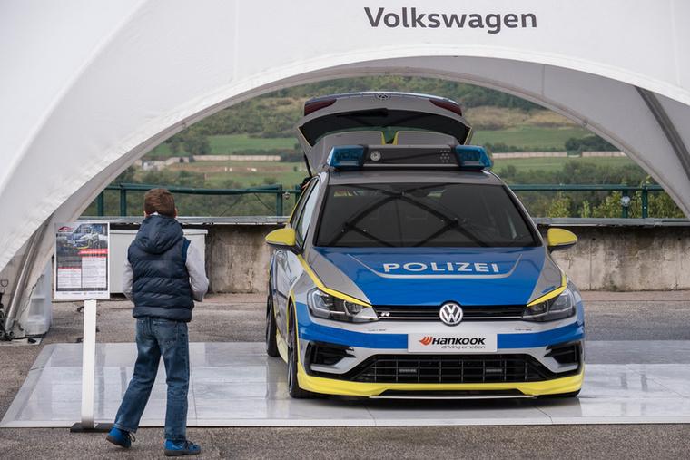 A felelős és szabályos tuning népszerűsítésére építette az Oettinger ezt a 400 lóerős rendőrautót