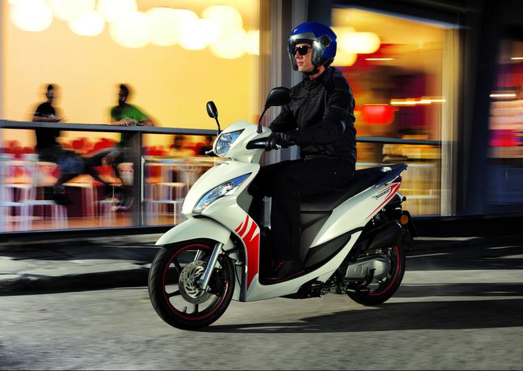 Honda Vision 50                         Az első ötvenes robogó a listán a maga 2,5 literes átlagfogyasztásával