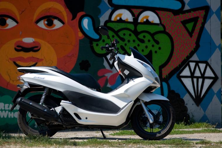 Honda PCX125                         A Forza 125-höz és a Yamaha YBR125-höz hasonlóan a PCX felhasználók is 2,4 literes átlagot hoztak ki - úgy látszik, a start-stop rendszer nem jelent érdemi megtakarítást