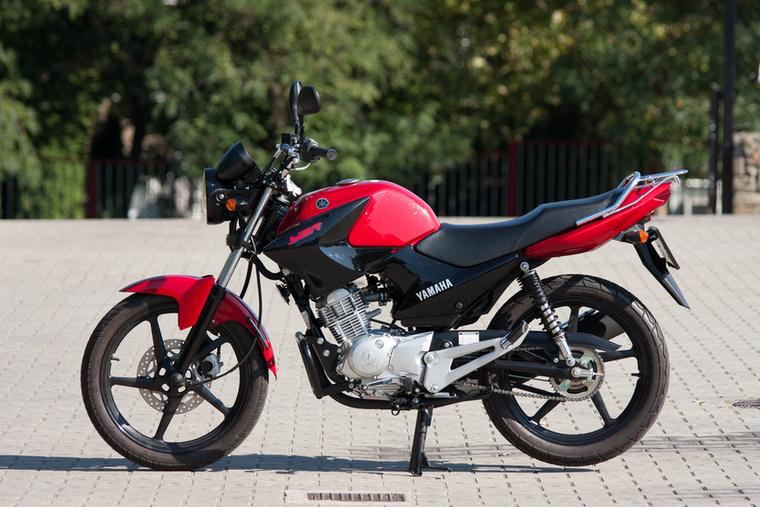Yamaha YBR125                         A Honda Forza 125-tel holtversenyben végzett, szintén 2,4 literrel elvan százon - a recept ennél a típusnál megegyezik a CBF125-tel: vékony abroncsok, egyszerű blokk, kis fordulat és elnyűhetetlen igásló-felépítmény