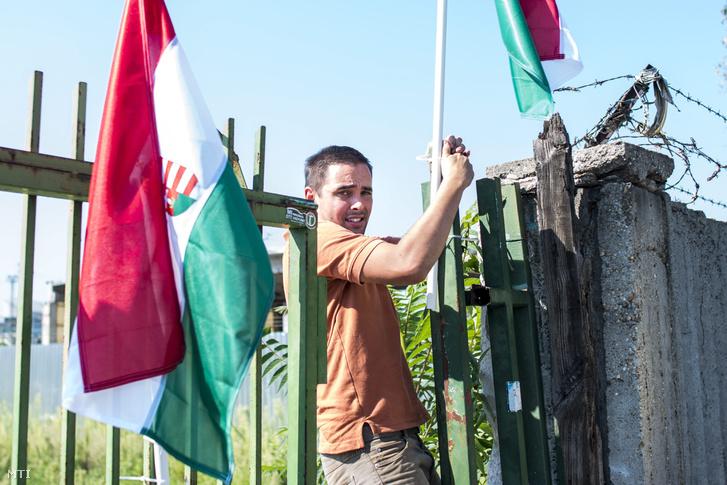 Stummer János, a Jobbik budapesti regionális igazgatója és budapesti alelnöke átmászik a kerítésen a VIII. kerületi, egykori Novák piac területére tervezett tranzitzóna helyén tartott sajtótájékoztatón 2015. szeptember 1-jén.