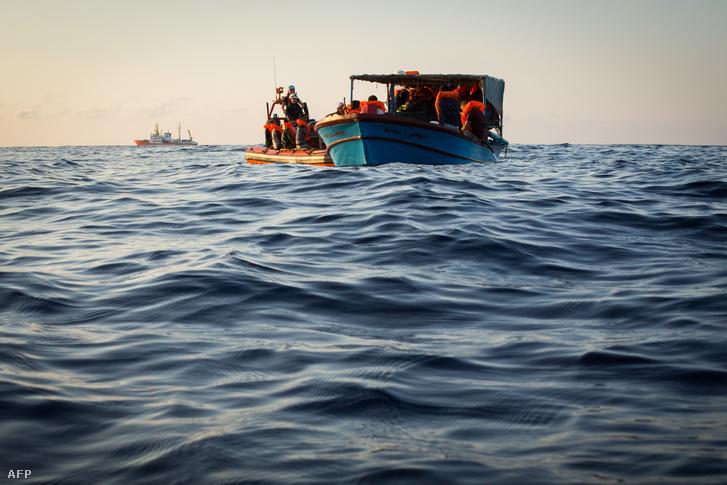 Menekültek ment a Mediterranee Aquarius mentőhajója Líbia partjainál a Földközi-tengeren 2018. szeptember 23-án