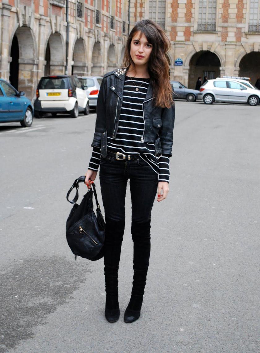 Az igazi franciás sikkért válassz hozzá egy csíkos felsőt, egy műbőr dzsekit és egy fekete csizmát. Piros rúzzsal és körmökkel még csinosabb lesz az összhatás.