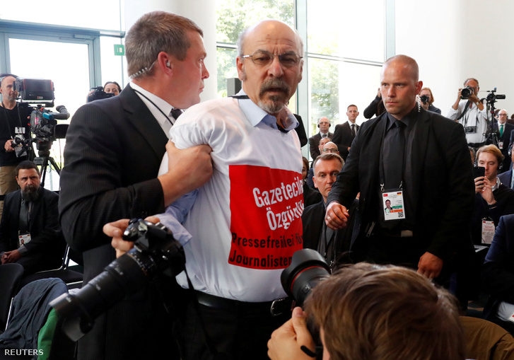 Az újságíró, akit kikísértek a biztonságaik Angela Merkel Tayyip Erdogan sajtótájékoztatójáról Berlinben, 2018. szeptember 28-án
